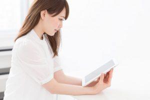 電子ブックを読む女性