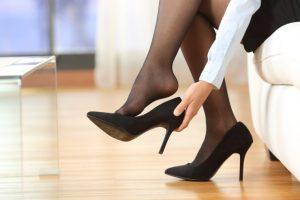 靴を脱ぎかけている女性の足