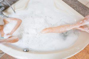 泡風呂に浸かる女性