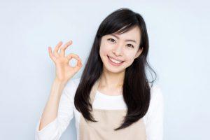 指で丸を作っている女性