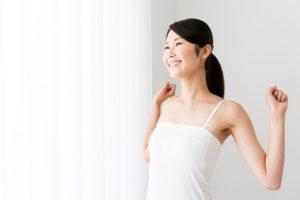 背伸びをしている女性