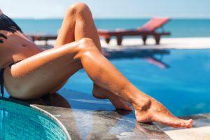 ビーチで肌を焼いている女性