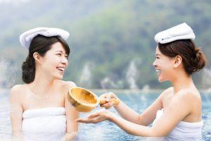露天風呂で戯れる女性二人