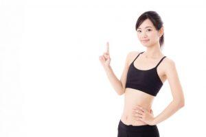 人差し指を立てる黒いトレーニングウェアを着ている女性