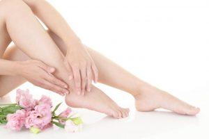 足首のマッサージをしている女性