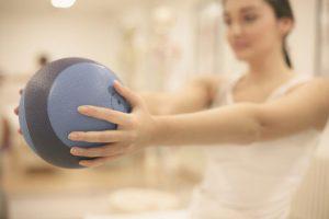 ボールを持っている女性