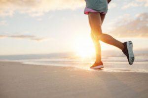 浜辺で走っている女性の下半身