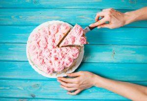 ケーキを取り分けている女性