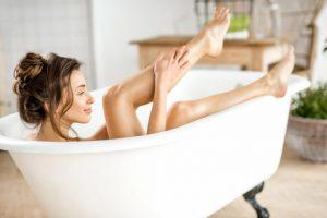 お風呂に入っている女性
