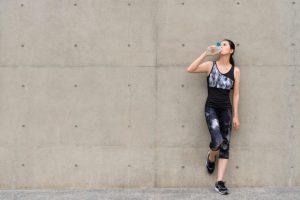 運動の途中に水分補給をする女性