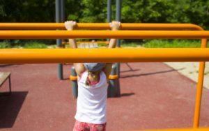 雲梯で遊ぶ少女