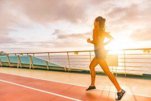 美しい夕日をバックに走る女性