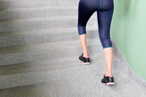 階段を上っている女性