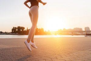 早朝のランニングを始めようとしている女性