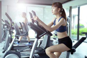 エアロバイクでトレーニングをしている女性