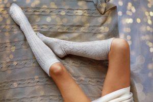 靴下をはいている女性