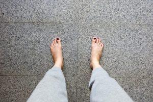 足元を見下ろす女性