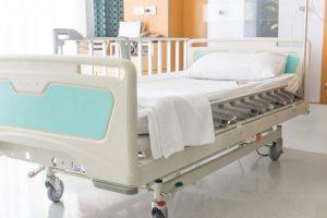 キャスターが付いた病院のベット
