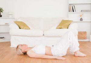 床に寝転がる女性