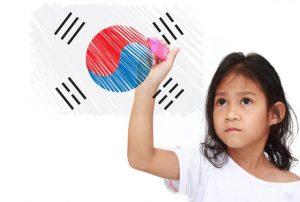 台湾の国旗を書いている女の子