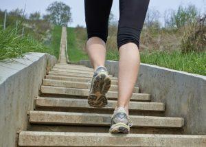 階段を登っている女性