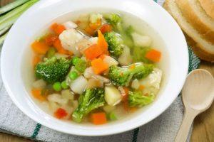 カラフルな野菜が入ったスープ