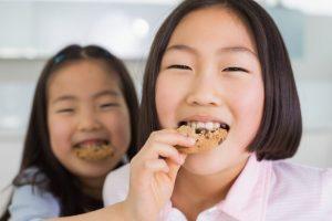クッキーを食べている女の子