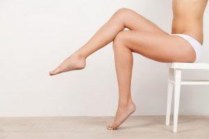 横向きの女性が脚を組んでいる