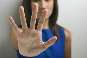 手を前に出している女性