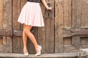 淡いピンク色のスカートをはいている女性