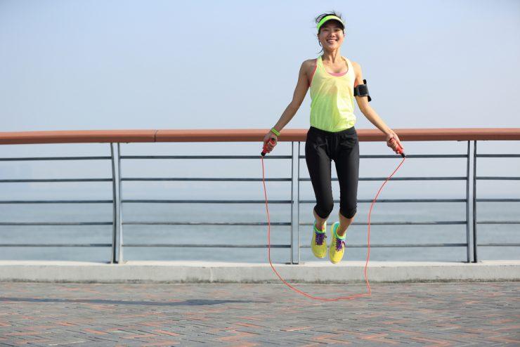 縄跳びをしている女性