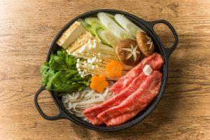 綺麗に盛り付けられたすき焼きの鍋