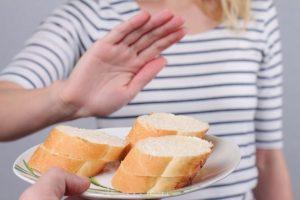 パンを食べるのを断っている女性