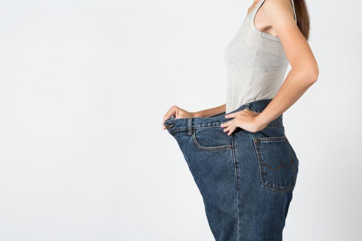 サイズ違いのズボンをはいている女性