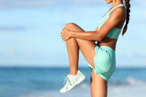太ももの裏を伸ばすストレッチをしている女性