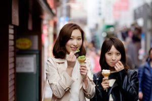 アイスを食べている女性たち