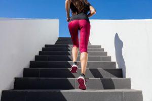 階段に上っている女性