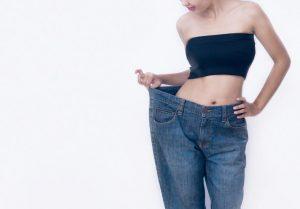 ダイエットに成功しウエストが細くなったのでどれくらい痩せたかを確かめるため太っていた頃のズボンを履くとブカブカだった女性