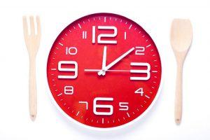 赤い時計と気のスプーンとフォーク