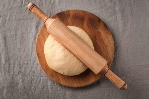 パンを伸ばしている麵棒