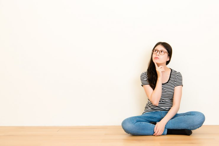 地面に座っている女性