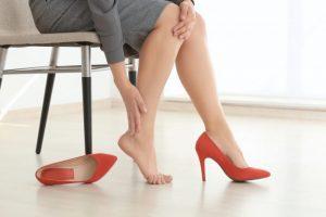 片足を触っている女性