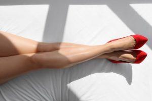 赤い靴を履いている足