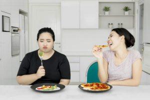 食事をしている女性たち