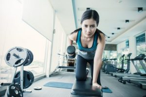 ダンベルを使って筋肉トレーニングをしている女性