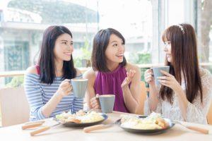 午後のお食事会を楽しむ女性3人