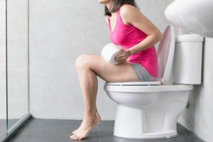 便器に座っている女性