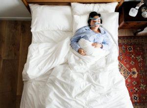 紡機でベッドに寝込んでいる女性