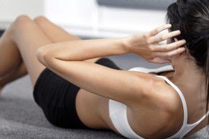 腹筋のトレーニングをしている女性