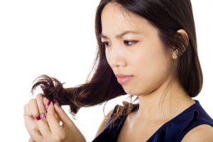キューティクルが傷ついた髪をみてどうにかしなくてはと思っている女性